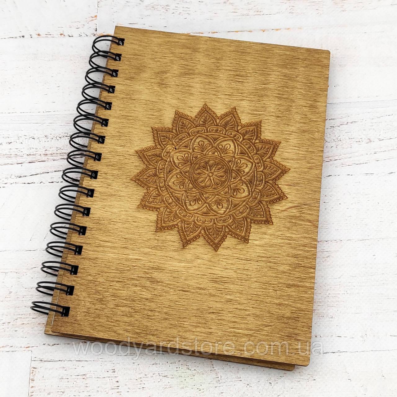 """Деревянный блокнот А5. Дизайн """"Мандала"""". Белые листы в точку. Цвет обложки дуб (светло-коричневый)."""