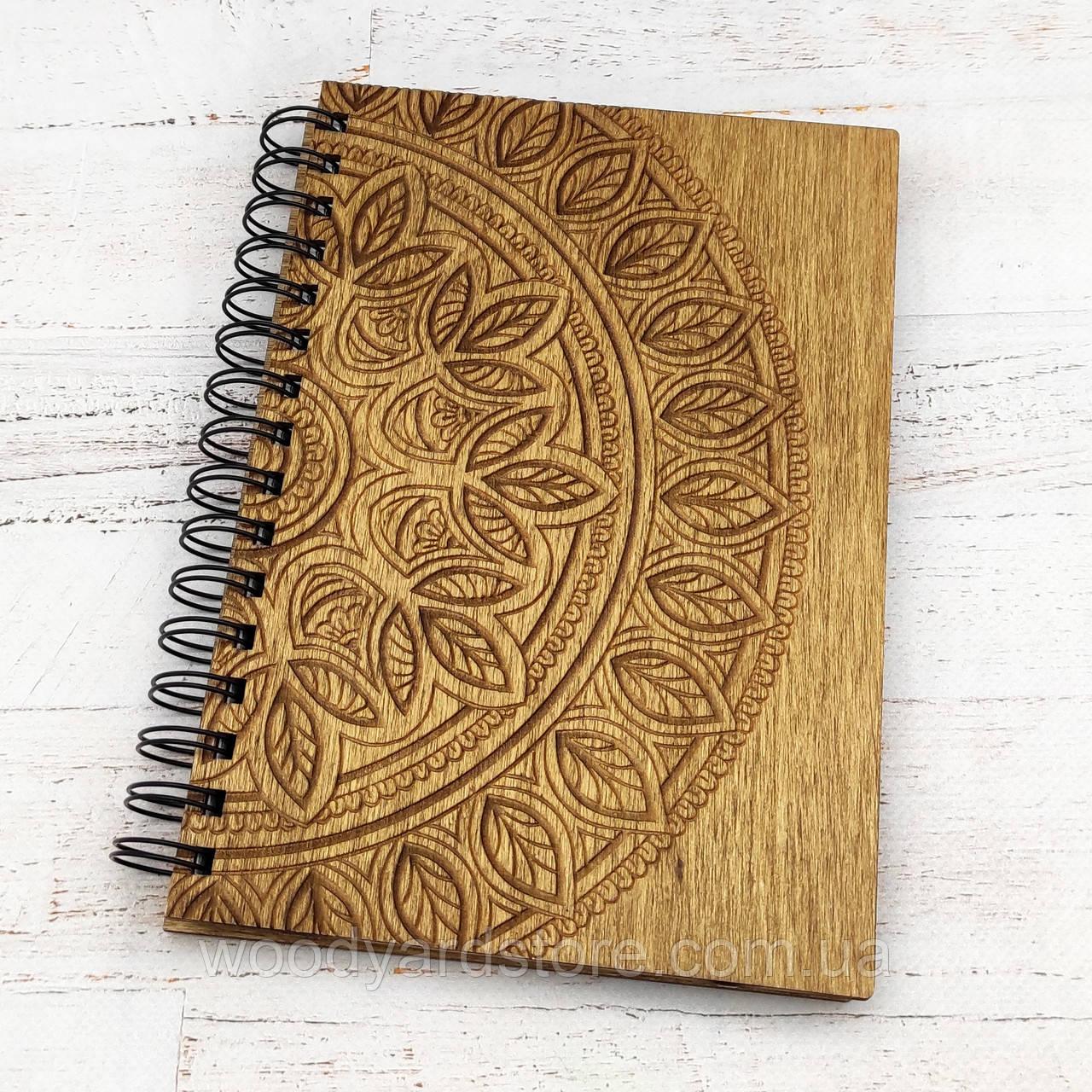 """Дерев'яний блокнот А5. Дизайн """"Мандала"""". Аркуші кольору """"слонова кістка"""" в крапочку.  Колір обкладинки дуб (світло-коричневий)."""