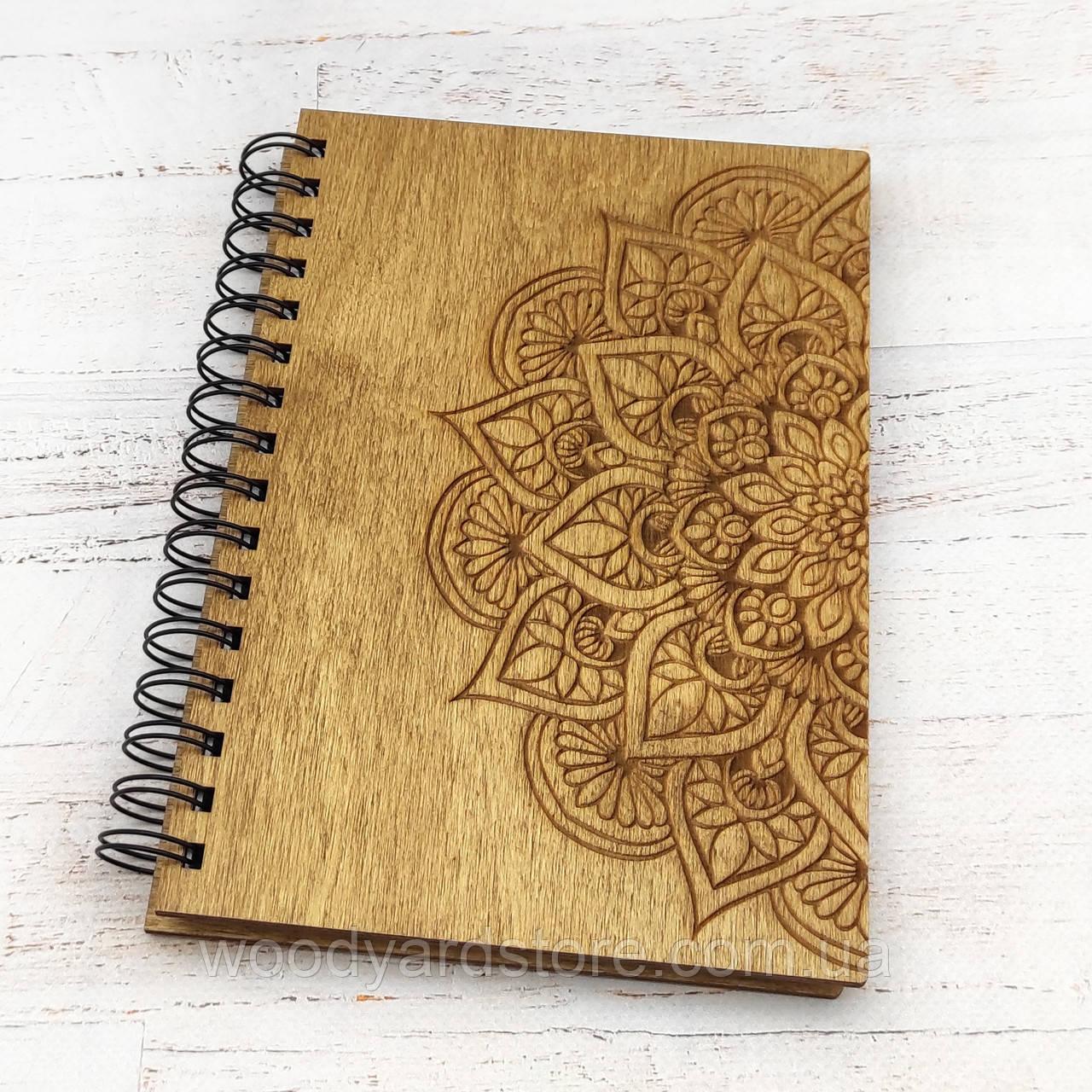 """Дерев'яний блокнот А5. Дизайн """"Мандала"""". Білі аркуші в лінійку.  Колір обкладинки дуб (світло-коричневий)."""