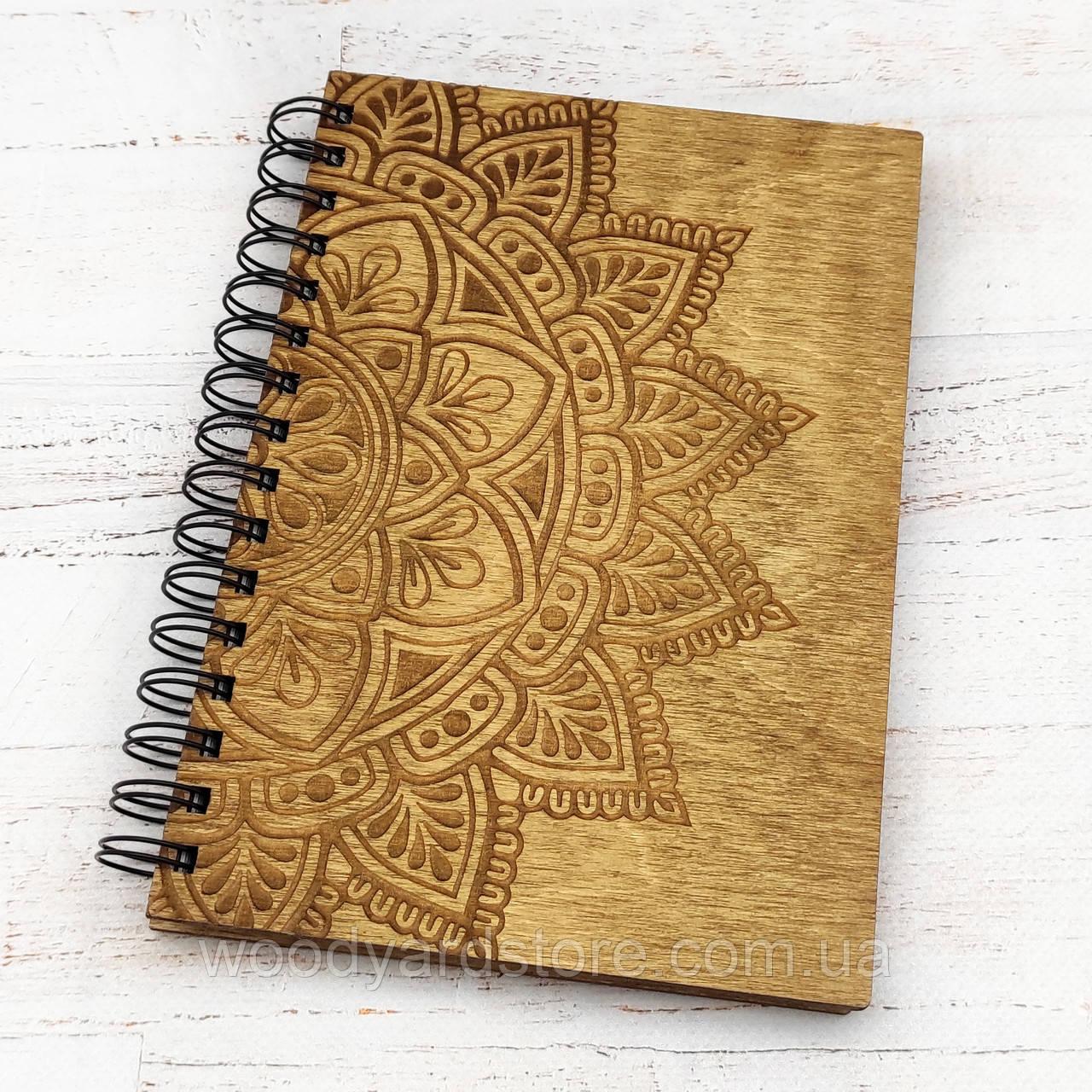"""Дерев'яний блокнот А5. Дизайн """"Мандала"""". Білі аркуші в клітинку.  Колір обкладинки дуб (світло-коричневий)."""