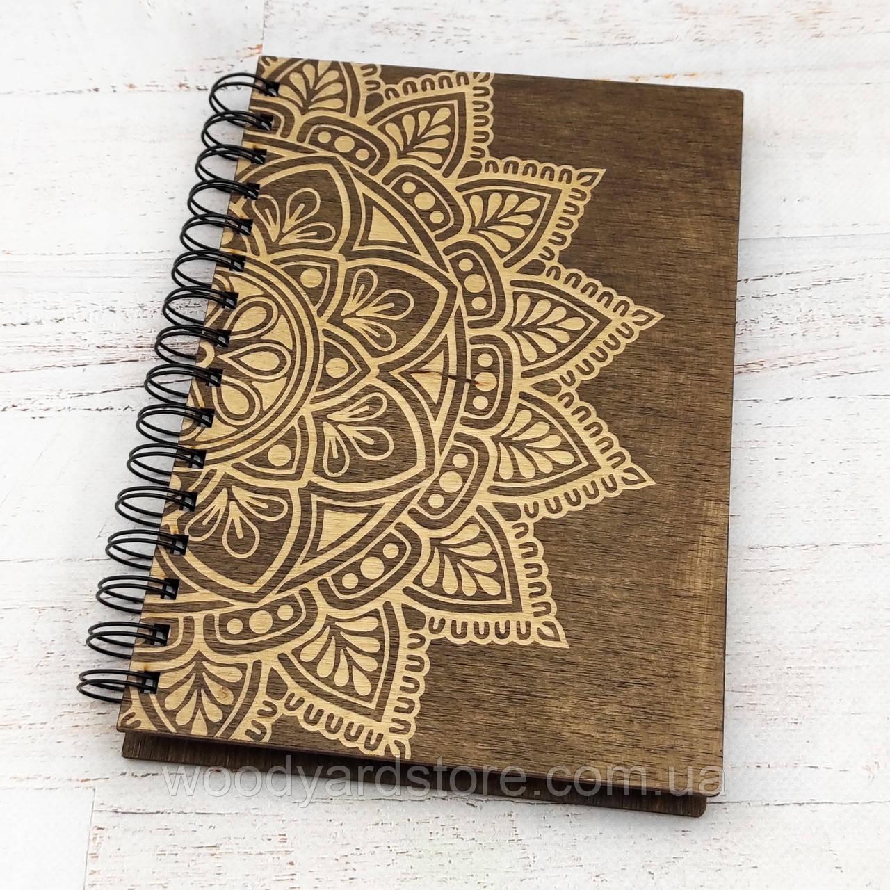 """Деревянный блокнот А5. Дизайн """"Мандала"""". Белые листы в клеточку.Цвет обложки палисандр (темно-коричневый)."""