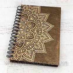 """Дерев'яний блокнот А5. Дизайн """"Мандала"""". Білі аркуші в лінійку.  Колір обкладинки палісандр (темно-коричневий)."""