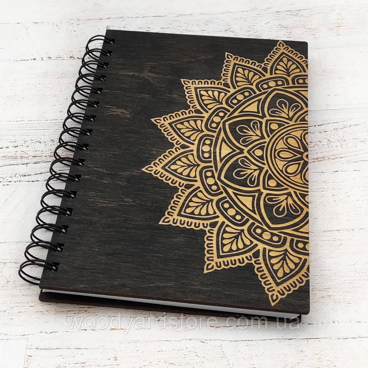"""Дерев'яний блокнот А5. Дизайн """"Мандала"""". Білі аркуші в лінійку.  Колір обкладинки венге (чорний)."""