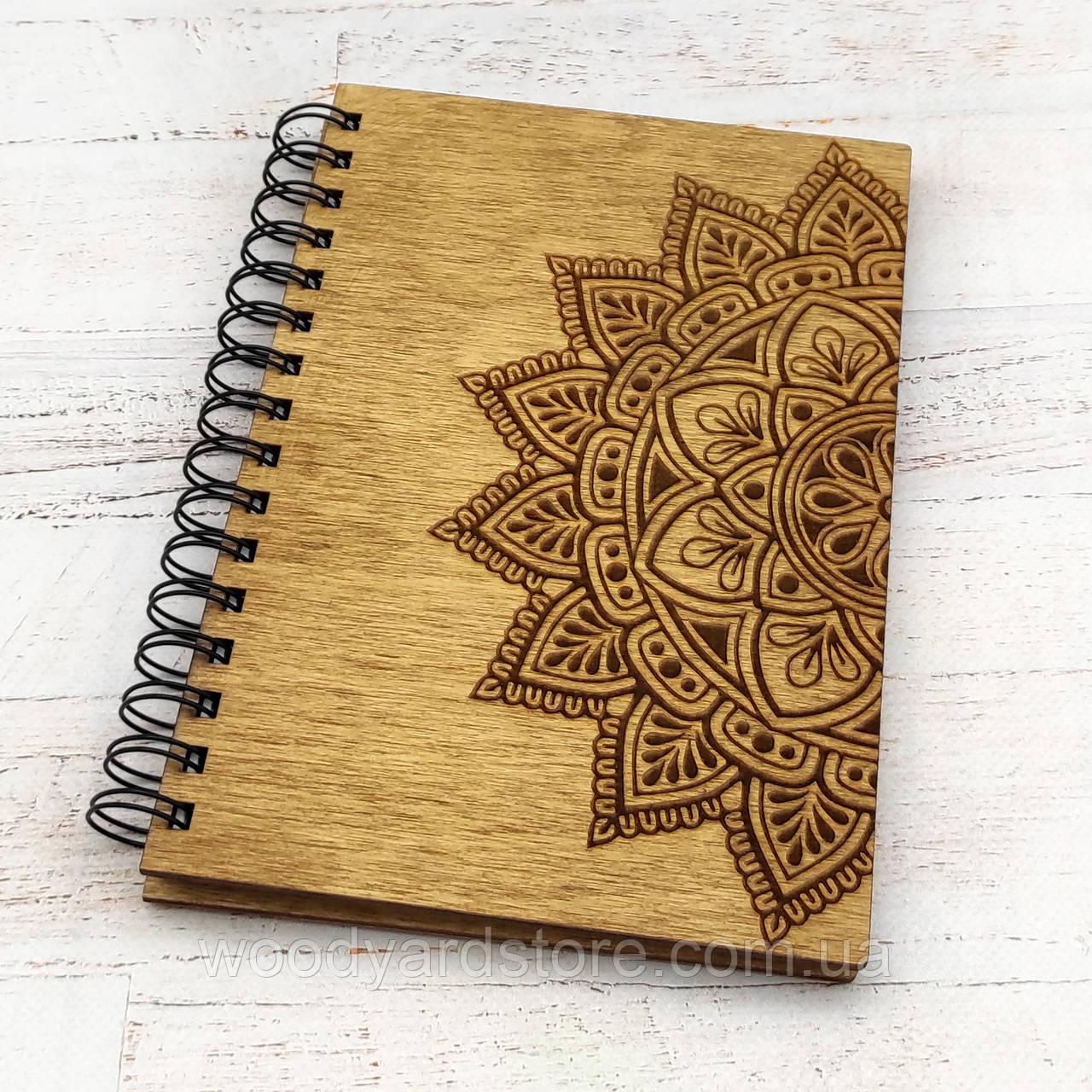 """Деревянный блокнот А5. Дизайн """"Мандала"""". Белые листы в клеточку.Цвет обложки дуб (светло-коричневый)."""