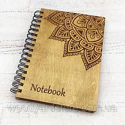 """Дерев'яний блокнот А5. Дизайн """"Мандала"""". Білі чисті аркуші.  Колір обкладинки дуб (світло-коричневий)."""