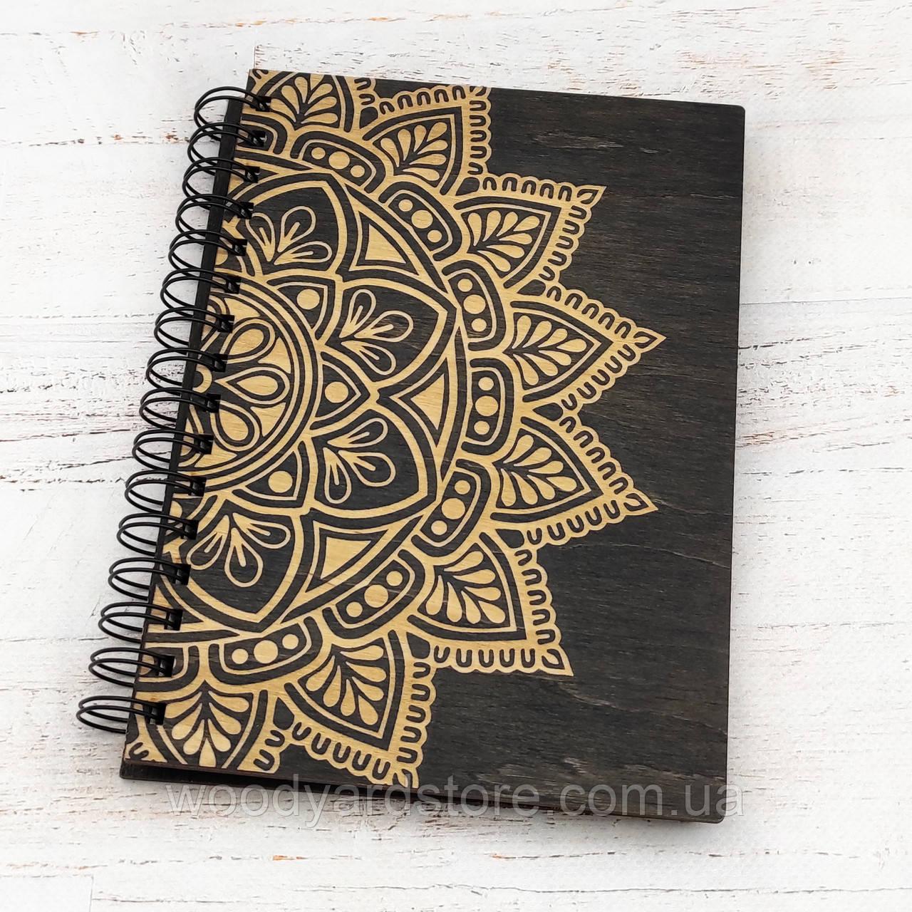 """Дерев'яний блокнот А5. Дизайн """"Мандала"""". Аркуші кольору """"слонова кістка"""" в крапочку.  Колір обкладинки венге (чорний)."""