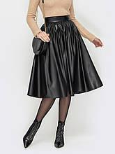 Чёрная юбка длиной миди из экокожи