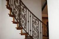 Перила лестницы дачного дома для надежности укреплены