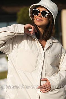 Куртка в стиле рубашки женская из плащевки удлиненная, с накладными карманами.