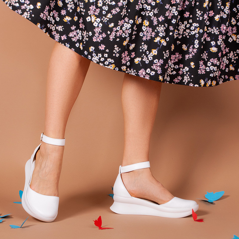 Туфли кожаные белые с ремешком, на танкетке