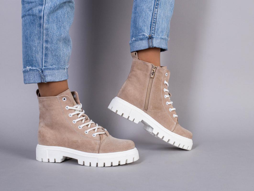 Ботинки женские замшевые цвета капучино демисезонные