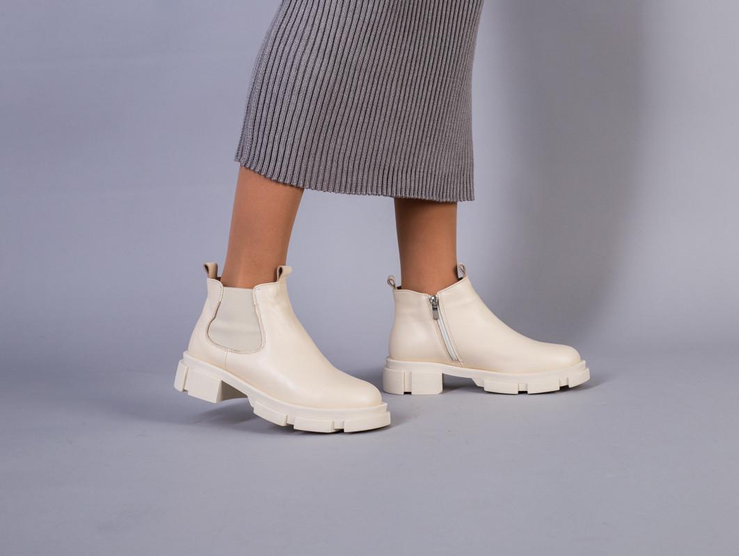 Ботинки женские кожаные молочного цвета на резинке и с замком демисезонные