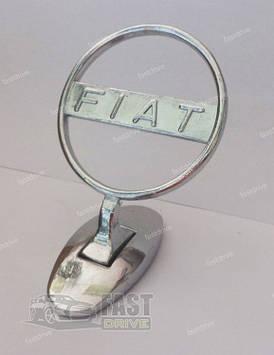 """Прицел на капот """"Fiat"""" на скотче на скотче"""