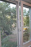 москитная сетка установлена на пластиковое окно