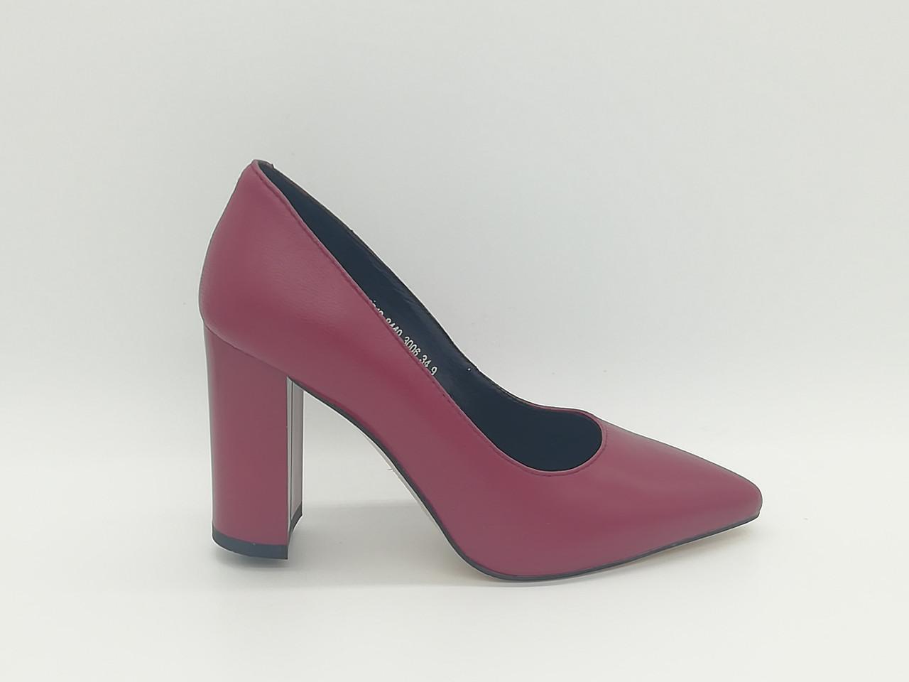 Кожаные туфли на каблуке .Маленькие ( 33 - 35 ) размеры.