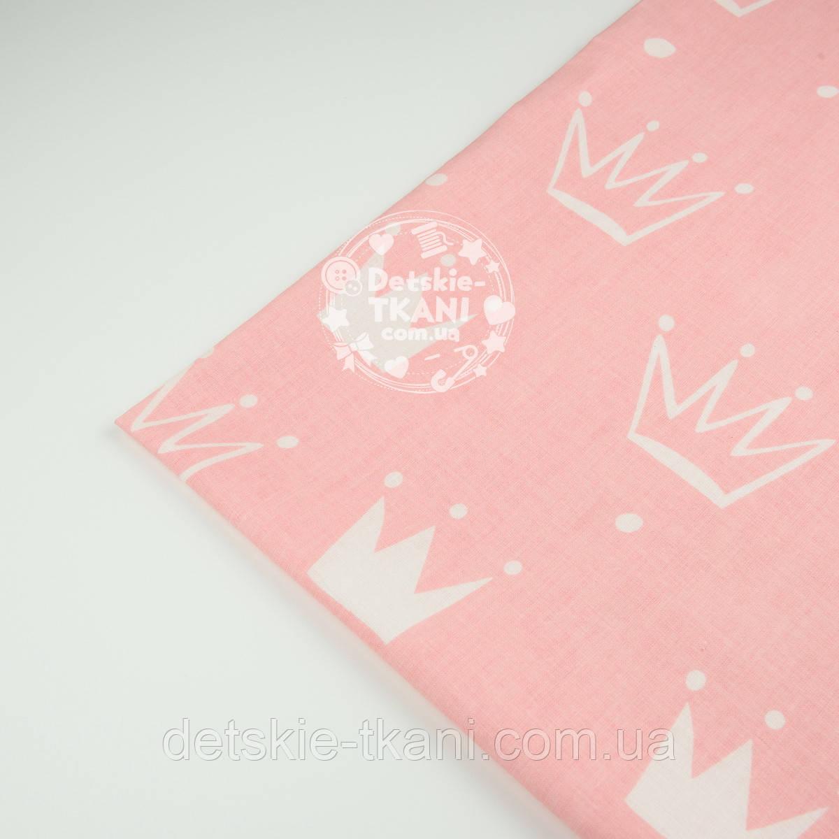 """Відріз тканини №1328а """"Намальовані корони"""" білі на рожевому, розмір 35*60 см"""