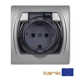 Розетка Schuko 16А 250В IP44 Karlik Logo 7LGPB-1sdp серебристая с з/к крышкой заземлением одинарная встроенная