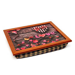 Поднос на подушке для завтрака цветной сердечко, лепестки на деревянной скамейке коричневый 44*36