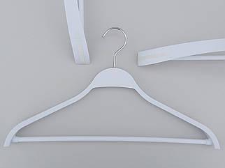 Плічка вішалки тремпеля TP44 з антиковзаючим ребристим плечем білого кольору, довжина 44 см