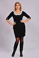 Модное приталенное платье с кружевным воротником, украшенным бусинами.