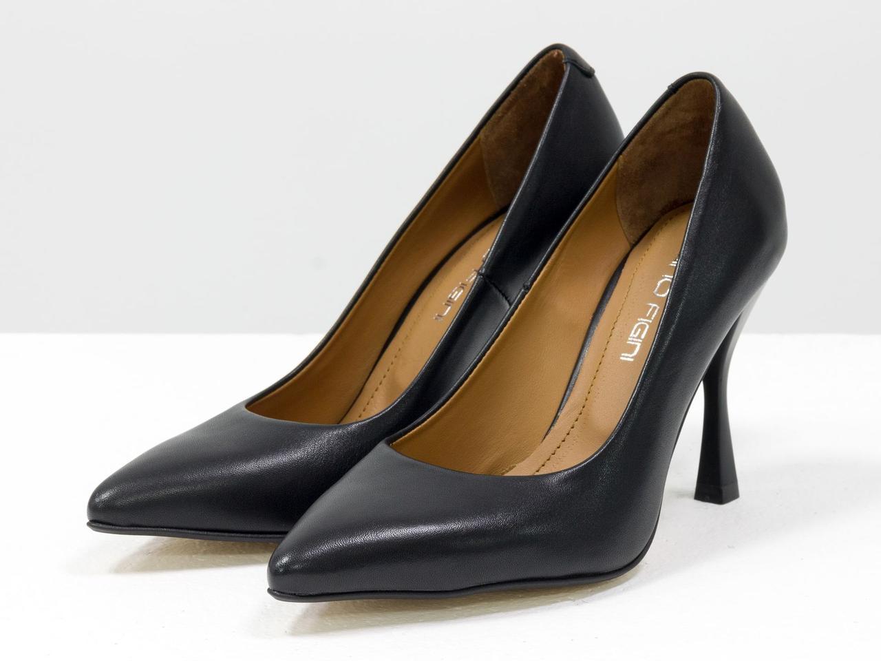 """Класичні шкіряні чорні туфлі з подовженим носиком, на підборах """"чарочка"""""""