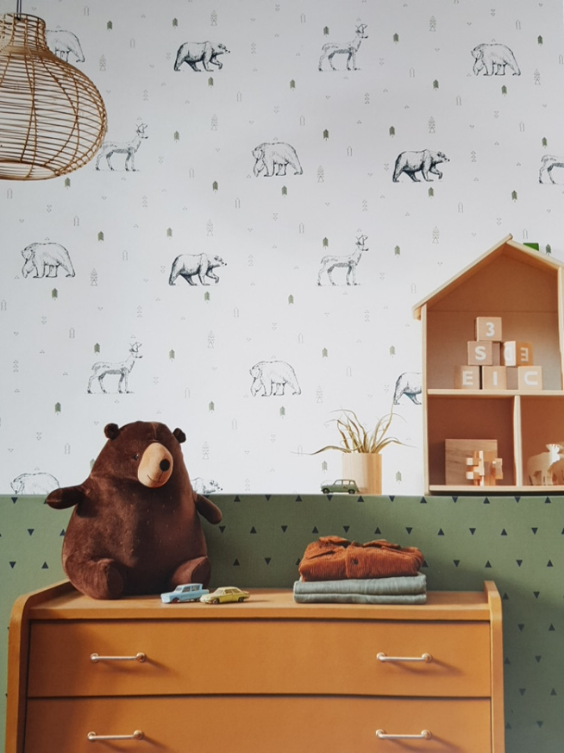 Шпалери флізелінові дитячі Caselio Our Planet тварини ведмеді, олені чорні дерева зелені на білому