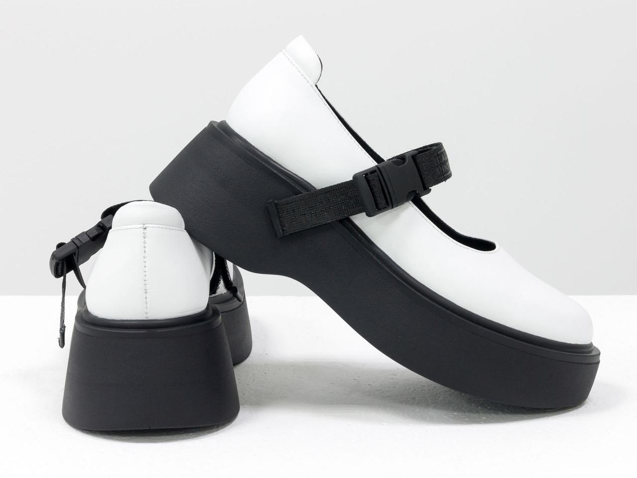 Кожаные туфли - сандалеты белого цвета в легком спортивном стиле, на черной платформе и с эластичным ремешком