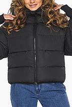 Черная куртка короткая женская модель 26420, фото 3