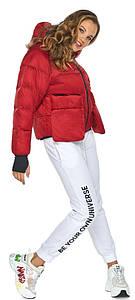 Женская куртка короткая рубиновая модель 26370