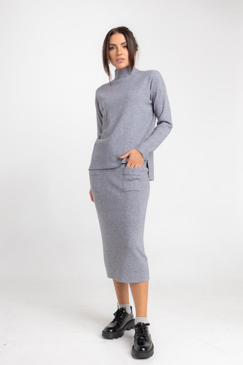 Приятный трикотажный женский костюм с приталенной юбкой миди  в сером цвете в размере S/M, L/XL.