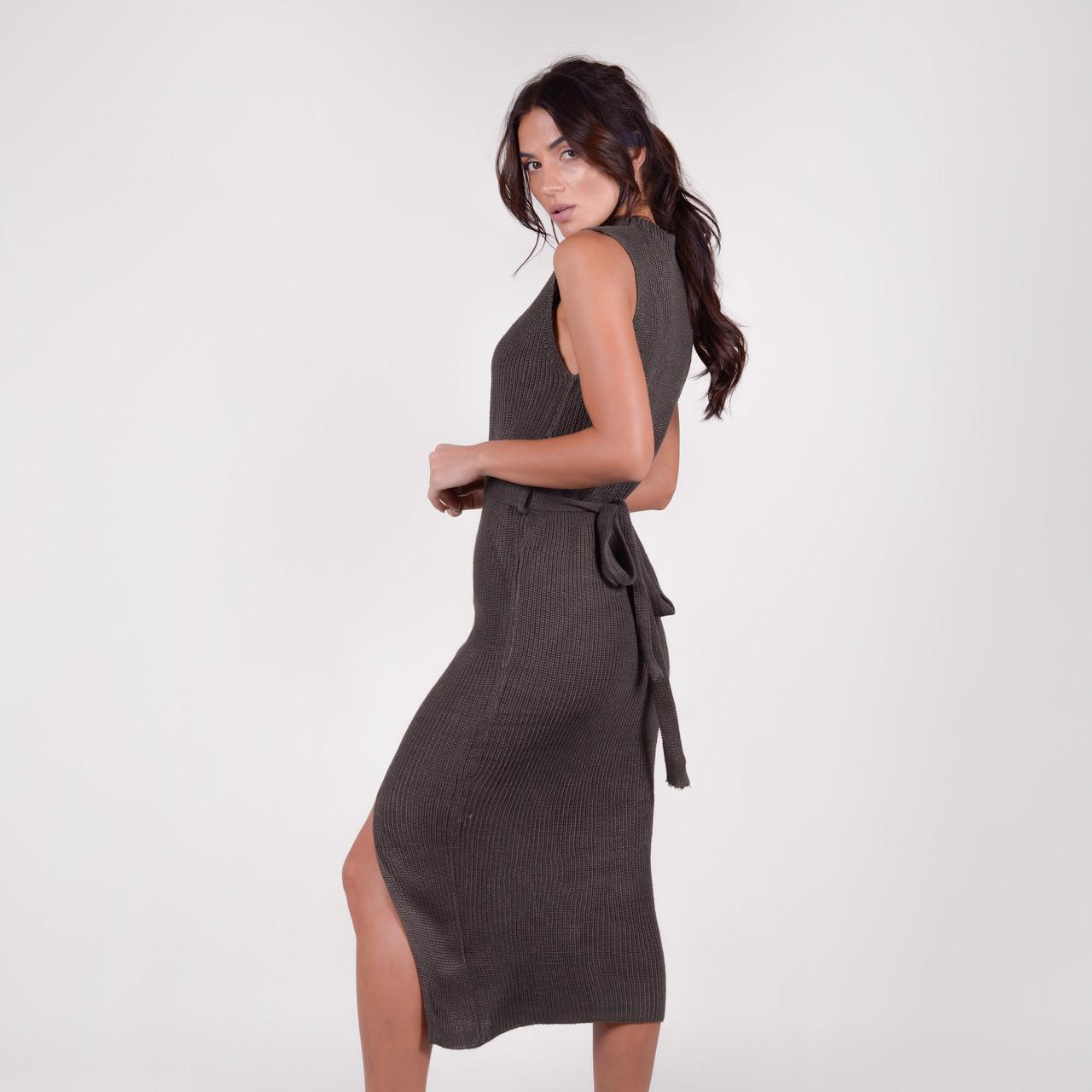 Собазнительное сукні-міді в рубчик без рукавів з розпіркою в 3 кольорах в універсальному розмірі
