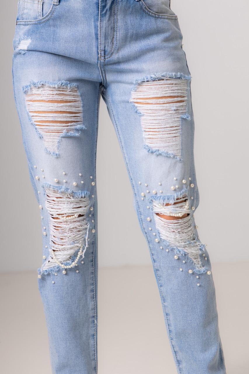 Синьо-блакитні джинси з перлами і потертостями на колінах з середньою посадкою в розмірах: S, M, L, XL.