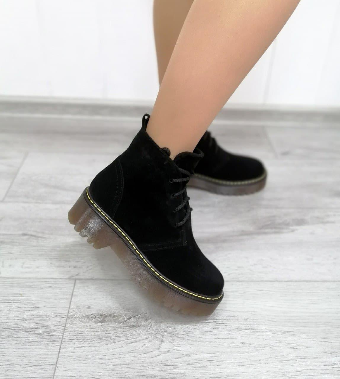 Замшевые женские ботинки на платформе черного цвета