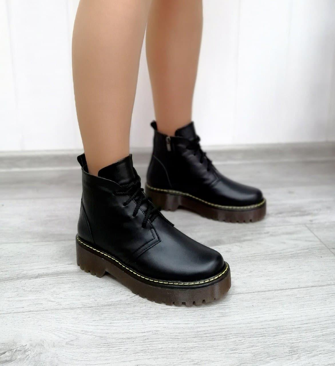 Шкіряні жіночі черевики на платформі чорного кольору