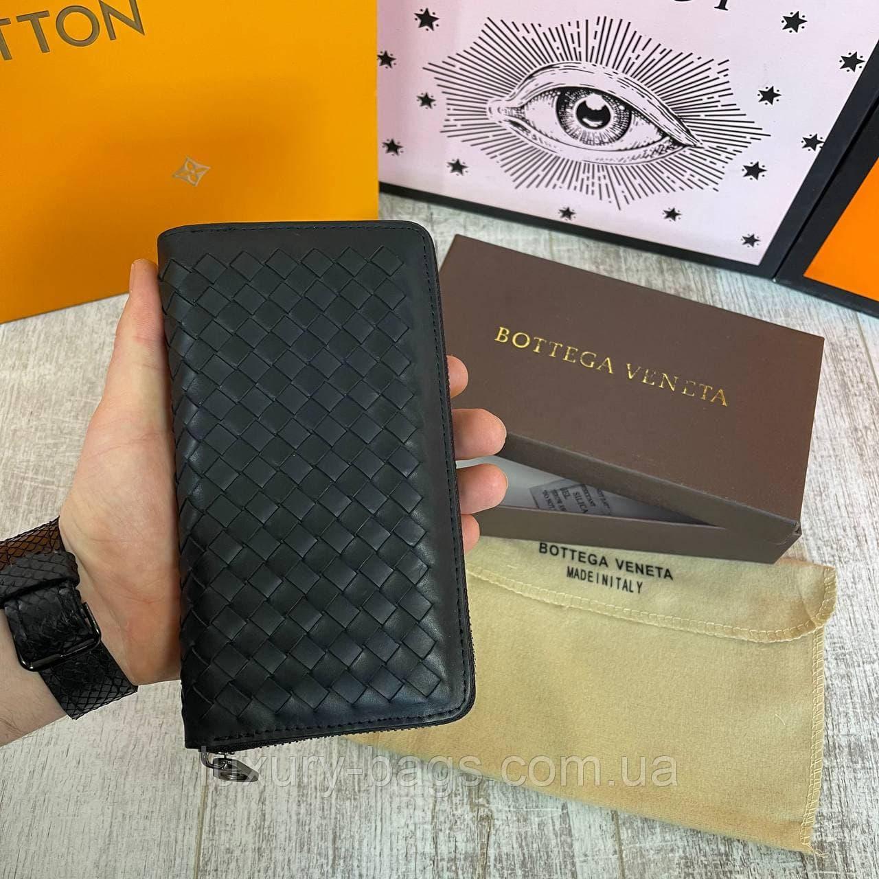 Мужской кожаный кошелек Bottega Veneta на молнии черный Боттега Венета