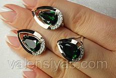 Набор серебряных украшений с зеленым камнем и золотом.