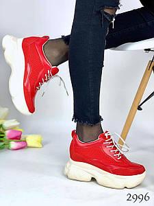Снікерси червоного кольору .