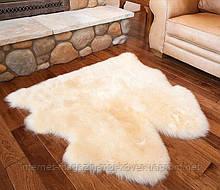 Кремова подвійна овеча шкурка на підлогу біля ліжка