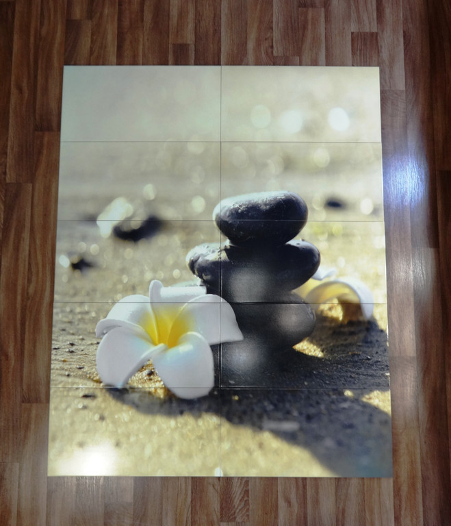 Панно на керамической плитке Белый цветок и Черные камни