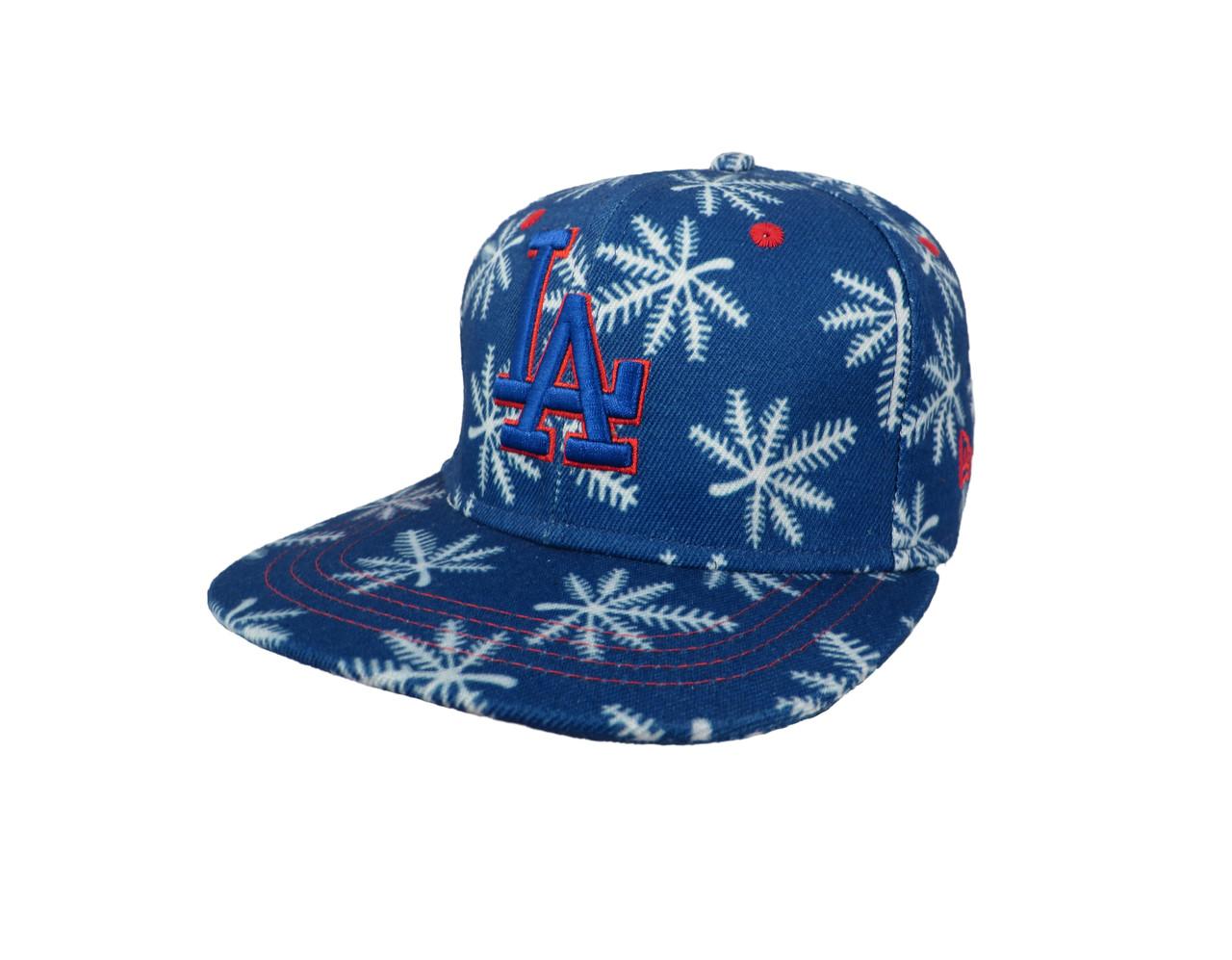 Синяя кепка c белымы листьями конопли