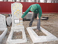 Памятники из гранулита одинарные вертикальные с цветниками образец №3