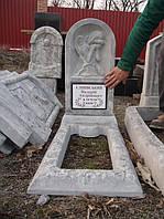 Памятник из гранулита одинарный с цветником вертикальный образец №4