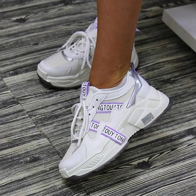 Женские объёмные кроссовки белого цвета с лиловыми стропами
