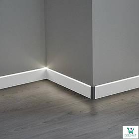 Белый плинтус алюминиевый для скрытой подсветки 87/LED. Светящийся плинтус в уровень со стеной
