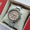 Женские наручные часы Michael Kors серебристые с пудровым, хронографы, два ряда камней, дата - код 1925