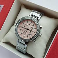 Женские наручные часы Michael Kors серебристые с пудровым, хронографы, два ряда камней, дата - код 1925, фото 1