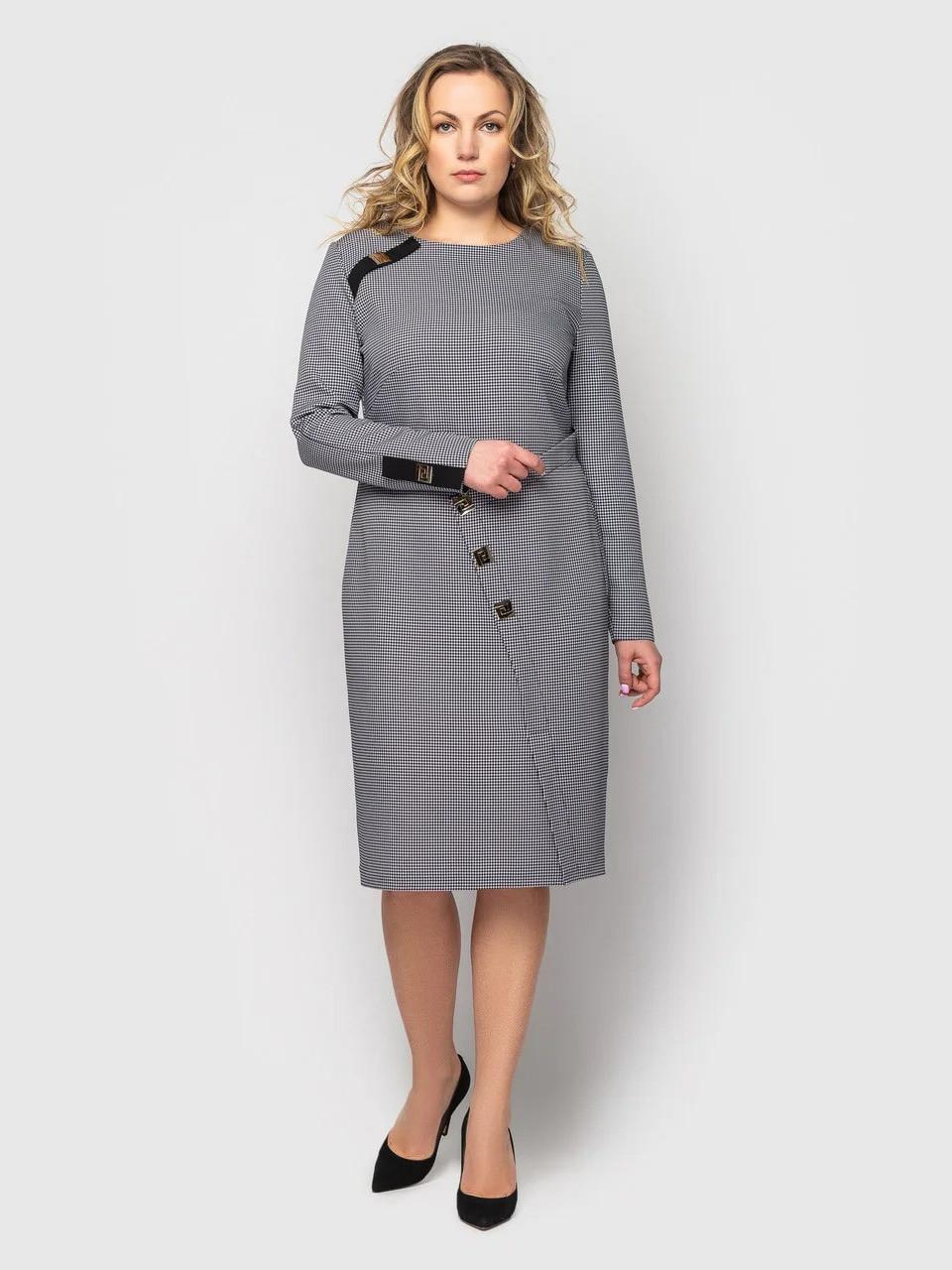 Приталенное женское платье ниже колена серого цвета в принт, большие размеры от 48 до 56