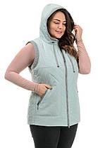 Зручна жіноча жилетка блакитного кольору з капюшоном і кишенями, великі розміри 50-58, фото 2