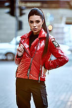 Женская короткая демисезонная куртка-косуха с утеплителем, блестящая. Красная