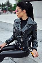 Женская короткая демисезонная куртка-косуха с утеплителем, блестящая. Черная